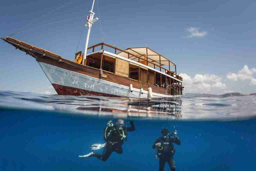 Becoming a Divemaster at Manta Rhei means to jump in from the best boat in town.